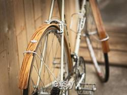 Garde boue vélo en bois chêne, finition verni. Visserie et tringle aluminium.